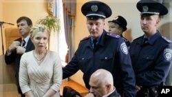 Юлию Тимошенко выводят из зала суда