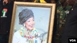 Umfanekiso kamuyi uNkosikazi Winnie Madikizela-Mandela.