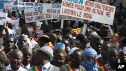 Người dân miền bắc Mali cầm các tấm bảng với nội dung ủng hộ hành động quân sự để chiếm lại miền bắc Mali từ các nhóm Hồi giáo