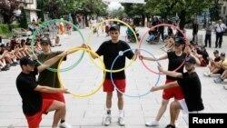 Các vận động viên xếp biểu tượng Olympic tại một sự kiện do Ủy ban Olympic Kosovo tổ chức ở thủ đô Pristina.
