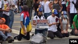 En las principales avenidas los venezolanos se sentaron con el fin de impedir el paso de vehículos y continuar con las protestas contra el gobierno de Nicolás Maduro. Foto: Álvaro Algarra/VOA.