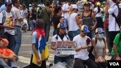 委内瑞拉民众目前在继续举行抗议