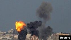 Ledakan terlihat di utara Jalur Gaza setelah serangan udara Israel, 13 Juli 2014.