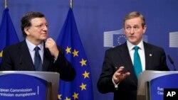 27일 벨기에 브뤼셀 EU본부에서 호세 마뉴엘 바로소 EU 집행위원장(왼쪽)과 엔다 케니 아일랜드 총리가 기자회견을 갖고 있다. 유럽연합 재무장관들은 회의 끝에 역내 부실은행 처리방안에 합의했다.