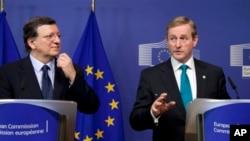 Predsednik Evropske komisije Žoze Manuel Barozo i irski premijer Enda Keni na konferenciji za štampu u sedištu EU u Briselu