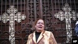 ژنێـکی کریسچیانی میسری له بهردهم کڵێسـای قبتیـیهکان له ئهسکهندهریـیه دهگری، شهممه 1 ی یهکی 2011