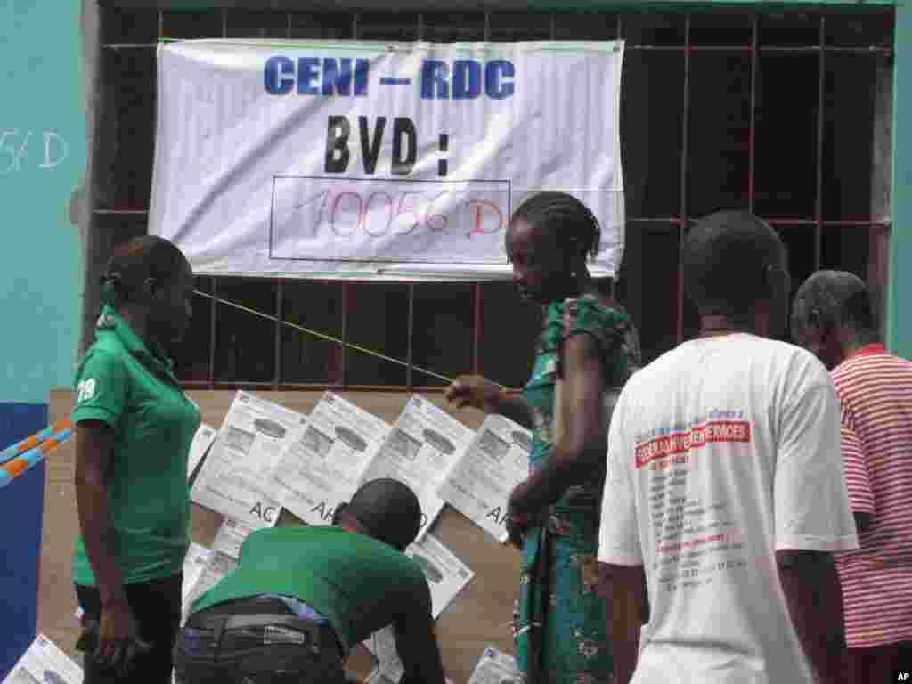 Un bureau de vote a Kinshasa RDC 28 novembre 2011 NICOLAS PINAULT VOA1