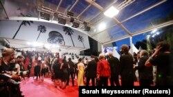 """Para tamu tiba untuk penayangan film """"Bergman Island"""" di Festival Film Cannes ke-74 di Cannes, Perancis, Minggu, 11 Juli 2021. (Foto: Sarah Meyssonnier/Reuters)"""
