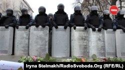 """""""Не бий! Кохай! Захищай"""" - українські жінки дарували квіти Беркуту, Київ 8 грудня 2013 року"""