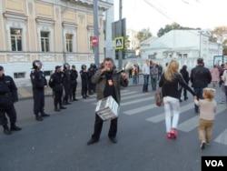 克里格爾在一個月前的莫斯科和平大遊行中呼籲人們捐款幫助政治犯。(美國之音白樺攝)