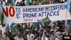 Para pendukung partai Jamaat-e- Islami ikut bergabung memprotes serangan pesawat tak berawak AS di wilayah kesukuan Pakistan (23/4).