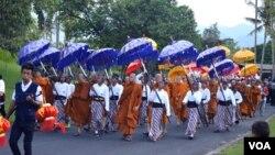 Prosesi dari Candi Mendut menuju Borobudur diikuti oleh bhiksu dari sejumlah negara (VOA/Munarsih Sahana)