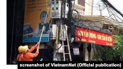 Nhân viên ngành điện kiểm tra chỉ số công tơ ở Hà Nội