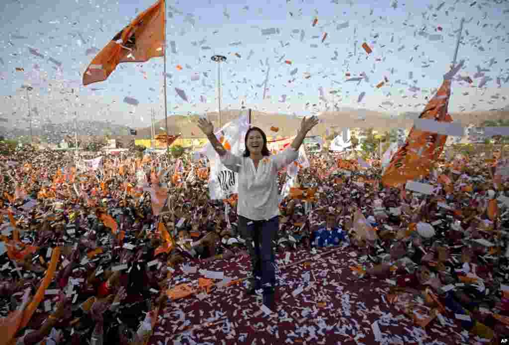 ភ្លៀងកម្ទេចក្រដាសពណ៌ធ្លាក់ពីលើបេក្ខជនប្រធានាធិបតីលោកស្រី Keiko Fujimori និងអ្នកគាំទ្ររបស់លោកស្រីនៅអំឡុងពេលយុទ្ធនាការឃោសនាមួយនៅតំបន់ Ventanilla ក្នុងក្រុងលីម៉ា (Lima) ប្រទេសពេរូ កាលពីថ្ងៃទី៣១ ខែឧសភា ឆ្នាំ២០១៦។