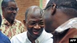 L'ex-ministre des Affaires étrangères du Burkina Faso, Djibril Basolé, a gauche, et l'ancien chef de la sécurité présidentielle (RSP), général putschiste Gilbert Diendere, au centre, à l'ouverture du procès sur le putsch manqué, à la Haute Cour de Justice le 27 avril 2017 (AFP PHOTO / Ahmed OUOBA)