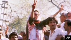 Benazir Bhutto, leader of the Pakistan People's Party, arrives in Lahore on April 10, 1986.