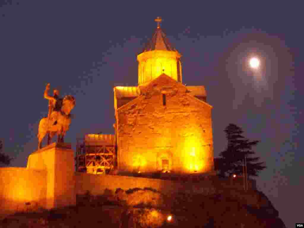 Храм Метехи и памятник основателю Тбилиси царю Вахтангу Горгасалу