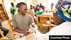 Muškarci u Ruandi daju krv na analizu pred obrezivanje.