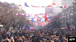 Građani Kosova na ulicama Prištine tokom obeležavanja godišnjice nezavisnosti