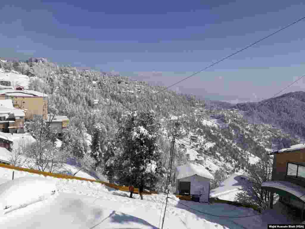 لیکن اس کے باوجود ملک بھر کے میدانی علاقوں سے لوگ اپنے اہلِ خانہ سمیت برف باری دیکھنے کے لیے مری کا رخ کر رہے ہیں۔