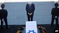 Mantan Presiden AS Bill Clinton memberikan penghormatan di depan peti jenazah mantan Presiden Israel Shimon Peres di Yerusalem, Kamis (29/9).