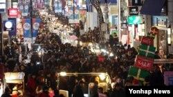 크리스마스 이브인 24일 오후 서울 명동거리가 시민들로 붐비고 있다.