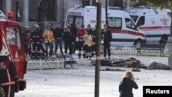 Les secours arrivent sur la scène de l'explosion, le 12 janvier 2016 à Istanbul. (REUTERS/Kemal Aslan)