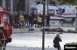 ທີມກູ້ໄພ ປະຈຳຢູ່ໃນສະຖານທີ່ເຫດລະເບີດ ໃນສູນກາງຂອງ Istanbul, ເທີກີ, 12 ມັງກອນ, 2016.