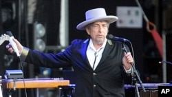 FILE - The organization the gives out the Nobel Prize announced on Wednesday that Bob Dylan would receive his medal and diploma this weekend in Sweden.
