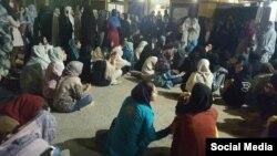 تجمع دانشجویان دختر در مقابل خوابگاه های شان در اهواز