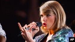 "FILE - Singer Taylor Swift performs during her ""1989"" world tour at MetLife Stadium ."