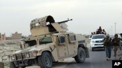 Pasukan keamanan Afghanistan melakukan patrol di kota Kunduz, utara Kabul, Afghanistan (29/9).