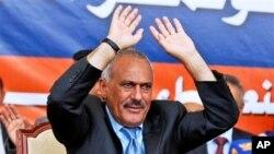 ປະທານາທິບໍດີເຢເມນ ທ່ານ Ali Adullah Saleh ກ່າວຕໍ່ພວກສະໜັບສະໜຸນ ໃນລະຫວ່າງການໂຮມຊຸມນຸມ ທີສະໜາມກິລາແຫ່ງຊາດ ນະຄອນຫຼວງ Sanaa (10 ມີນາ 2011)