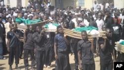 지난 4일 나이지리아 포티스컴에서 자살 폭탄 테러가 발생해 수 십 명의 민간인이 사망했다. 무슬림형제단이 희생자들의 사체를 나르고 있다.