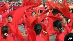 지난 2005년 베트남 독립 60주년 기념행진에서 무용수들이 춤을 추고 있다. (자료사진)