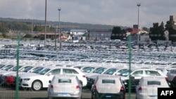 Mobil-mobil di tempat penyimpanan pabrik otomotif Volkswagen di Villers-Cotterets, Perancis.