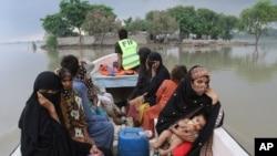 파키스탄 자원 봉사자들이 25일 폭우로 홍수가 난 라야 지역에서 마을 주민들을 구출하고 있다.