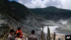 Pejabat berwenang memantau dengan seksama perkembangan aktivitas gunung Tangkuban Perahu di Subang, Jawa Barat (7/3). Gunung berapi ini telah mengepulkan asap dan abu hampir 500 meter ke udara sejak Senin (4/3) lalu.