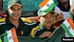 پاکستان اور بھارت کے شائقین دونوں ملکوں کے پرچم لئے میدان میں۔ فائل فوٹو