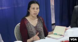 资料照:郭飞雄妻子张青介绍郭飞雄狱中情况(美国之音方冰拍摄)