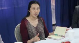 郭飞雄妻子张青向与会者介绍郭飞雄狱中情况(美国之音方冰拍摄)