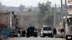 Para petugas keamanan tengah menginvestigasi lokasi ledakan bom bunuh diri yang menewaskan dan melukai beberapa orang di dekat gerbang Direktorat Nasional Keamanan wilayah Jalalabad, Afghanistan (24/2).