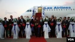 Pesawat Airbus A-320 milik Laos Airlines (foto: dok). Perusahaan Airbus berhasil menjual lebih banyak pesawat penumpang dari Boeing sepanjang tahun 2011.