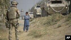 Seorang tentara NATO melakukan patroli di Afghanistan (foto: dok).