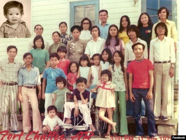 Tony Phạm, lúc 2 tuổi (góc trái) và gia đình tỵ nạn đến thành phố Fort Chaffee, Arkansas, năm 1975. Photo Facebook Tony Pham