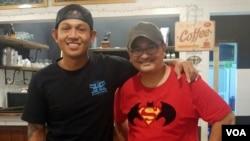 Bobby Kool, vokalis SID dengan Naratama Rukmananda (VOA) di Denpasar, Bali (VOA/Naratama).