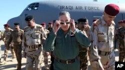伊拉克国防部长哈立德·奥贝迪 (中)抵达提克里特郊外的一处军营。(2016年3月9日)
