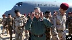El Ministro de Defensa de Irak, Khaled al-Obeidi (centro) llega a una base militar en las afueras de Tikrit, 180 kms al norte de Bagdad. Al-Obeidi dijo que ISIS no tiene capacidades químicas, y sus ataques mas bien intentan afectar la moral de las tropas que los combaten.