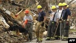 Nhân viên cứu hộ tìm kiếm những người còn mất tích sau trận bão tại thành phố Joplin, bang Missouri, 28/5/2011