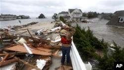 Salah satu cuaca ekstrem tahun 2012 adalah Badai Sandy dan gelombang badai yang melanda masyarakat pesisir di New Jersey dan menggenangi jalur kereta bawah tanah, terowongan dan jalan-jalan di New York City, yang menyebabkan kerugian sedikitnya $40 miliar (Foto: dok).